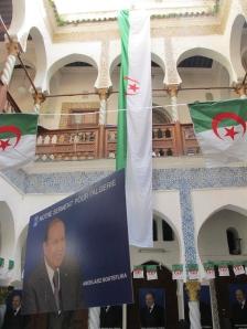Un cartell electoral de Bouteflika a la seu del FIS